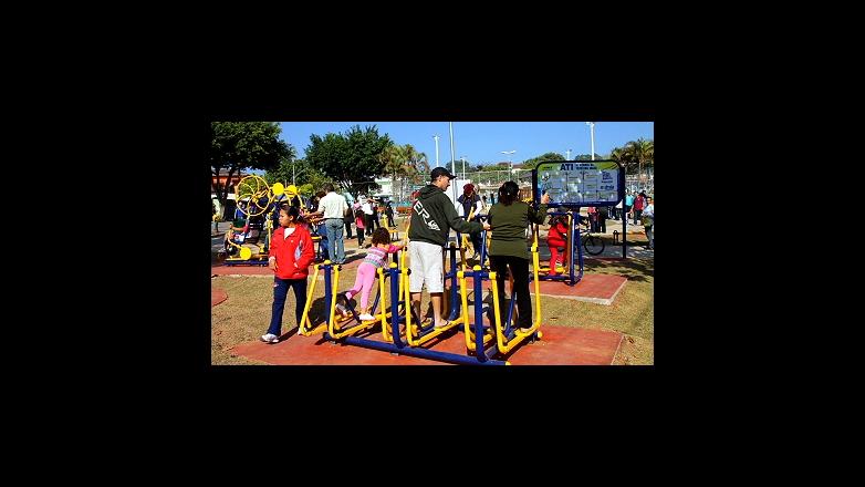 fotos cidade jardim jose walter: exercícios em aparelhos instalados na área verde da Av Cidade Jardim