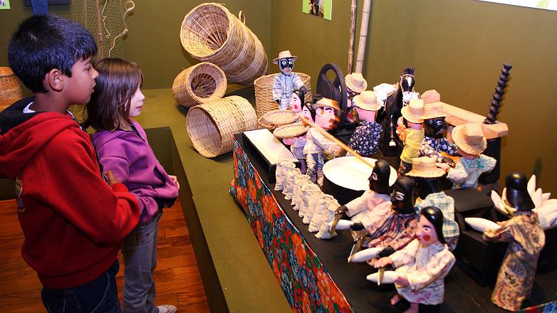 Crianças visitando a exposição no Museu do Folclore