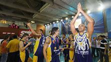 Atletas comemoram o título paulista, após vencer a final contra Pinheiros na capital por 80 a 79