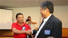 Imagens mostram o aperto de mão do presidente do sindicato dos metalúrgicos de São José e do gerente de relações institucionais da GM