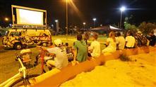 Imagens mostram os moradores do bairro assistindo os filmes exibidos no telão do Cinema Móvel
