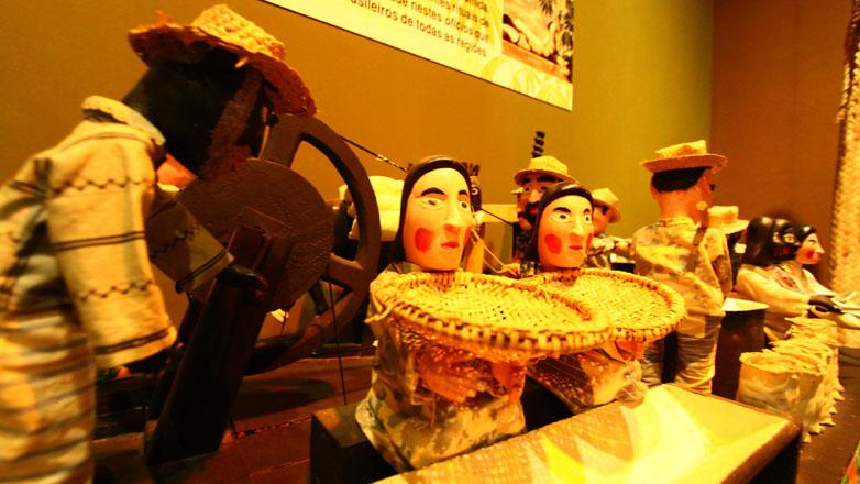 Imagem mostra parte do acervo em exposição permanente no Museu do Folclore