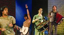 Imagem mostra os integrantes do grupo durante apresentação