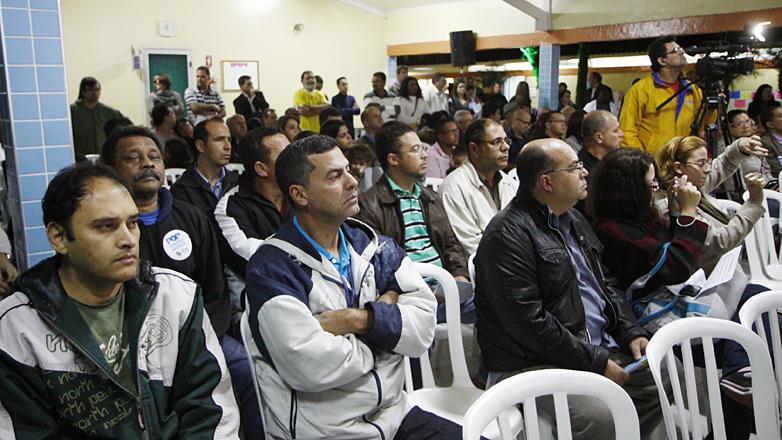 Imagem mostra os moradores acompanhando o início da audiência do POP
