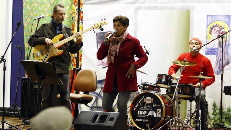 Imagem mostra a cantora Ana Morena durante apresentação na Casa do Idoso