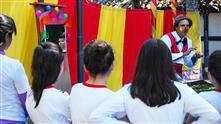Artista circense desenvolve clínica com crianças durante atividade no Museu do Folclore