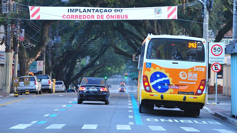 Imagem mostra ônibus trafegando em faixa exclusiva no centro de São José