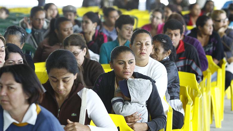 Imagem mostra senhoras aguardando a vez de serem chamadas para efetuar o recadastramento no Bolsa Família
