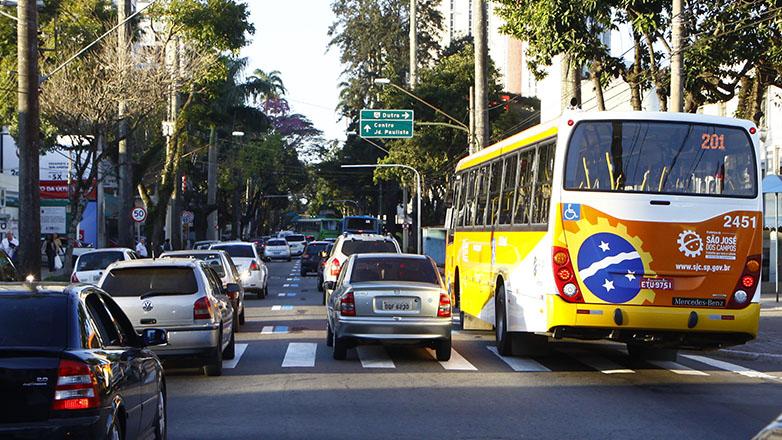 Imagem mostra veículos circulando pelas ruas de São José dos Campos