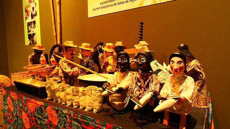 Imagem mostra exposição de bonecos no museu do folclore