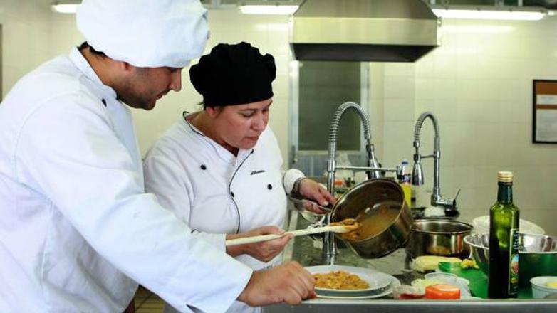 Imagem mostra alunos do curso de gastronomia