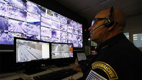 Guarda monitora câmeras do COI