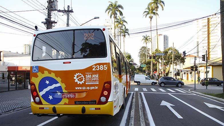 ônibus em rua de SJC