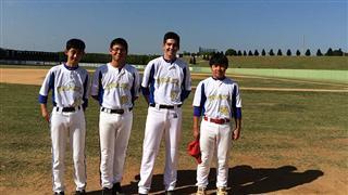 Crianças com roupas prórprias para beisebol