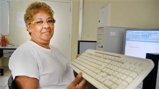 Neide Alves é uma das formadas que já estão familiarizadas com o mundo digital. Prefeitura promove a inclusão de mais 600 idosos