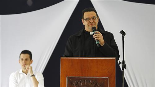 Padre Rinaldo Rezende conduzindo a cerimônia do Dia do Servidor Público