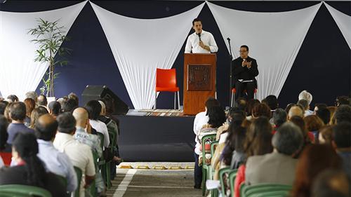 Pastor Felipe Câmara conduzindo a cerimônia do Dia do Servidor Público