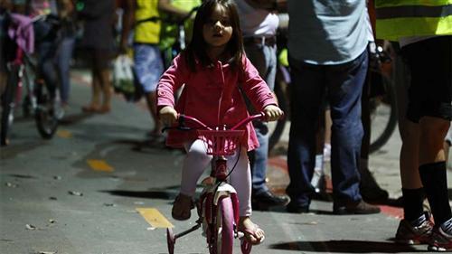 Ciclistas do Jd. Santa Inês II (zona leste), estão desfrutando da ciclovia a noite. A iluminação e a sinalização já foi concluída e entregue