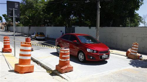 A Prefeitura  iniciou a construção da travessia  na Av. Napoleão Bonaparte e entregou a travessia elevada na Rua José Isaltino Silva