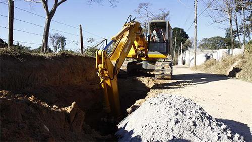 Os trabalhos estão sendo realizados através de uma  parceria entre a administração e a população para a pavimentação de ruas e avenidas