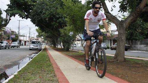 Pessoas pedalando nas ciclovias