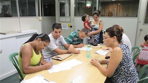 Moradores assinaram na Prefeitura os documentos para o registro em cartório, colocando fim em uma espera que durou mais de 20 anos.