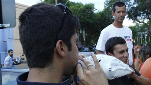 Equipe do Educatrânsito orientando o uso do bafômetro descartável em bar da cidade