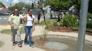 Pessoa com deficiência passeando pelo Centro da Juventude