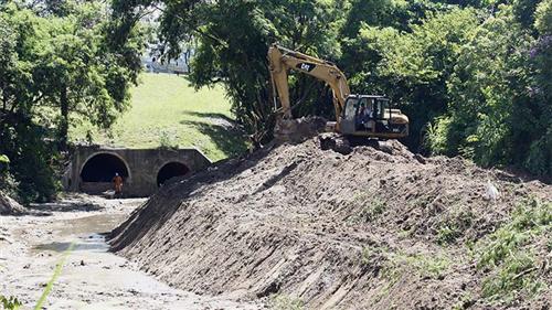 Obras para combater enchentes no córrego Senhorinha