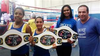 Integrantes do boxe do Atleta Cidadão exibindo os cinturões