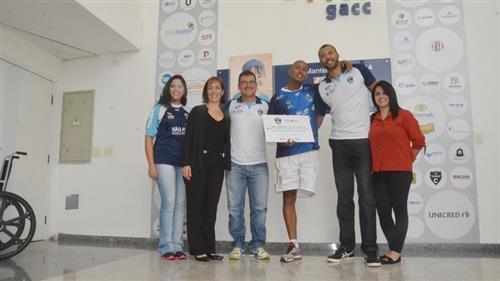 Integrantes do São José Vôlei na sede do GACC em São José dos Campos