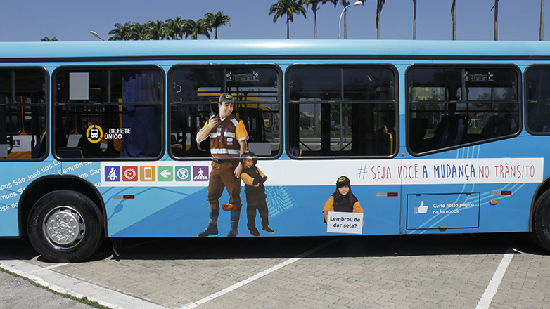 Ônibus com adesivos da campanha #Seja Você a Mudança no Trânsito