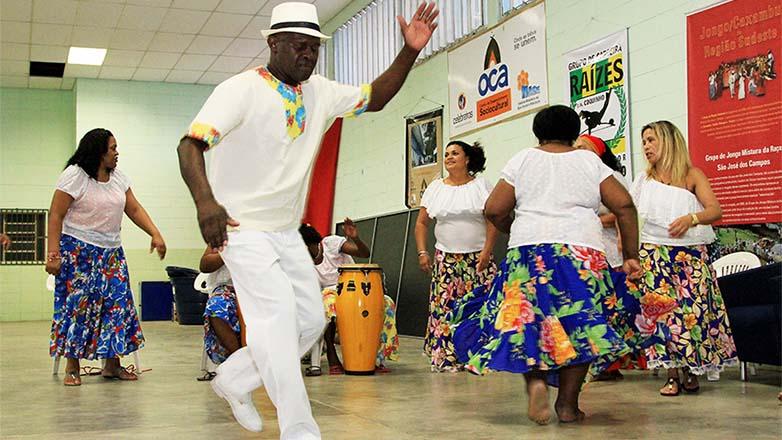 Pessoas dançando jongo