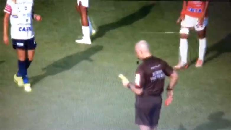 As imagens do vídeo mostram o momento em que o árbitro pune a jogadora com o cartão amarelo (o segundo no mesmo jogo)