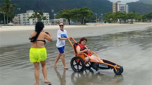 Pessoas com deficiência visitam a praia