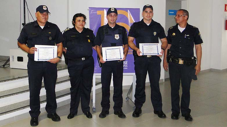 Os guardas receberam diploma de honra ao mérito por participar da prisão de um indivíduo que praticou violência contra mulher