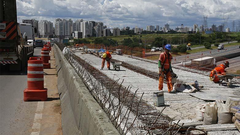 Estão sendo feitos trabalhos na armação de concreto do viaduto e nos pontos que irão conectar o trecho duplicado ao Anel Viário.