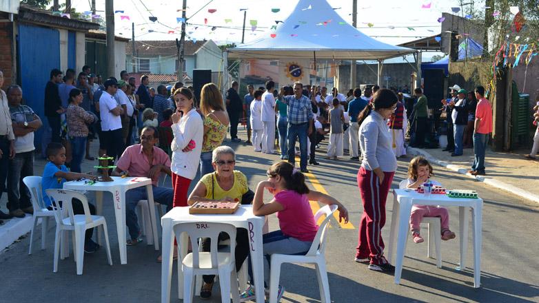 Prefeitura entrega asfalto no Chácaras das Oliveiras