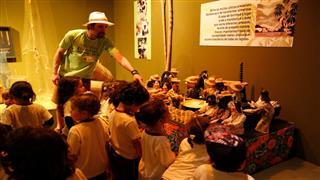 Mediador recebendo e acompanhando as crianças na exposição