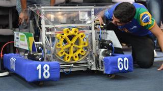 Integrantes da equipe Cephatron #1860 fazem os últimos ajustes no TCS12, antes do embarque para Dallas, nos Estados Unidos
