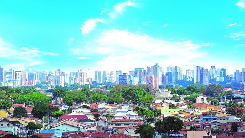 Vista panorâmica de São José dos Campos com os prédios da região central ao fundo