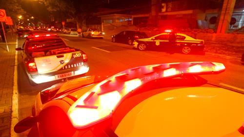 Policiais militares, guardas municipais e agentes de trânsito durante blitz nas regiões central e oeste