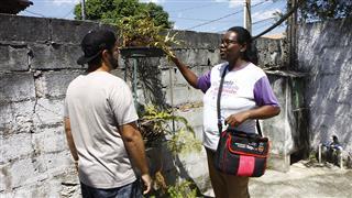Agentes de combate a endemias visitam casas no Motorama