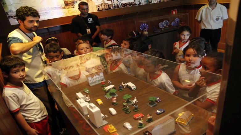 Grupo de alunos em visita ao Museu do Folclore