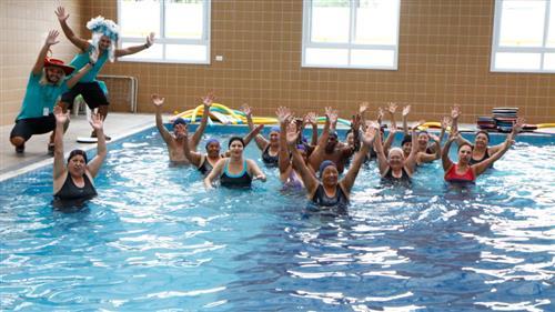 Os frequentadores da unidade da Casa do Idoso da região leste brincaram o carnaval na piscina durante as aulas de hidroginástica