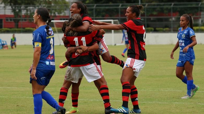 Larissa é abraçada pelas jogadoras do Flamengo após fazer o gol