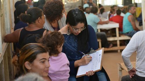 Moradores do Pinheirinho participam de reunião no canteiro de obras da construtora Realiza