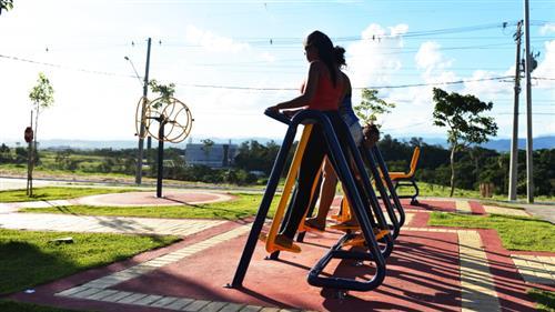 Moradores se exercitam na academia ao ar livre do Residencial Frei Galvão