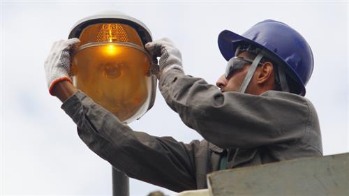 Troca de lâmpadas na Rua Raul Seixas, no Parque Industrial