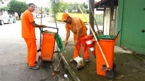 Funcionários da Urbam durante serviço de varrição